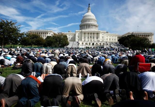 muslimsholddayprayercapitolhillnxtobtksygax-e1377155995218